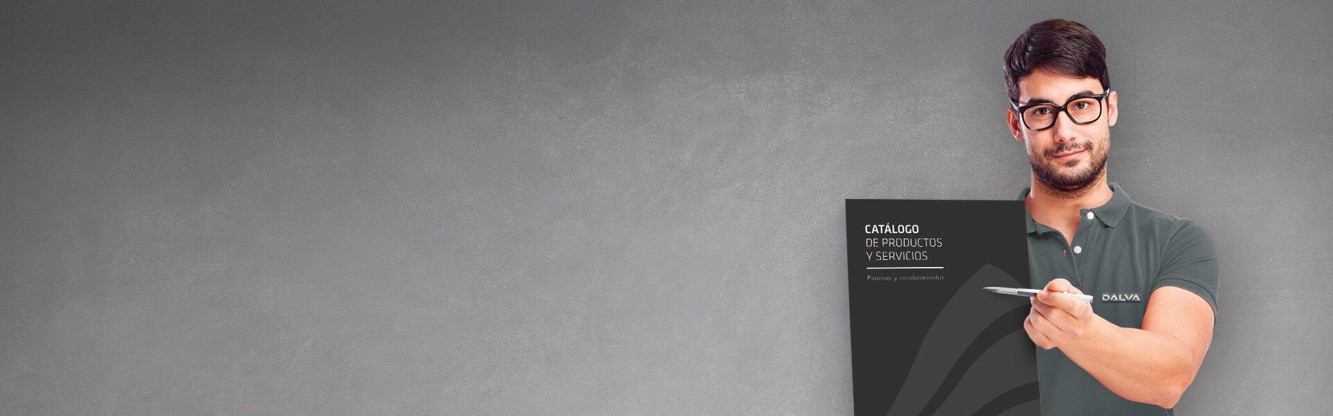 Un hombre con gafas sujeta un catálogo de productos y servicios de pintura