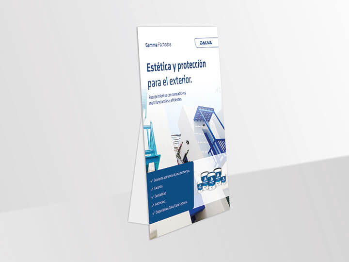 Imagen de un cartel de cartón en el suelo de color azulado de forma vertical sobre productos de pintura de la Gamma Fachadas