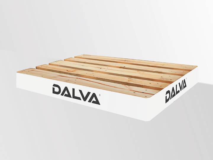 Palet de madera con el logotipo de Pinturas Dalva