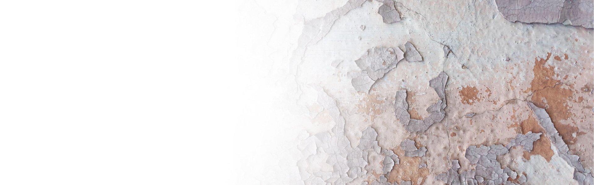 Foto de una pared con desconchados y humedad