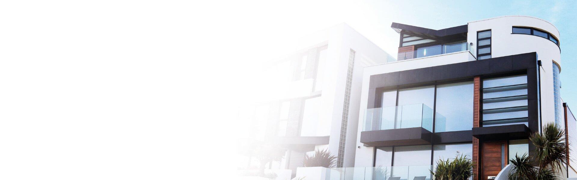 Foto de una fachada de una casa moderna con cristaleras grandes